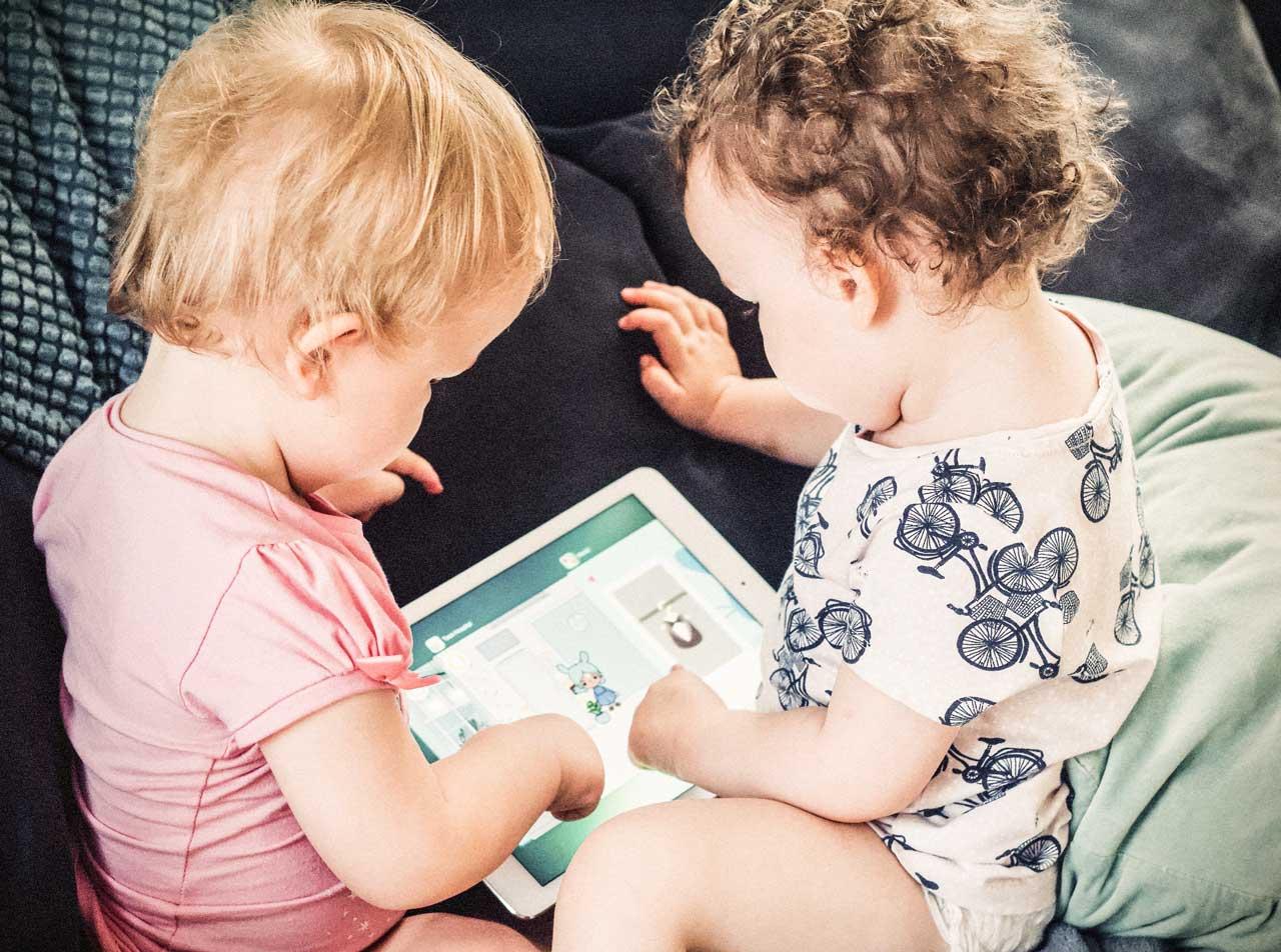 Anschauungsbild der Branding Agentur Wien – Kinder spielen mit Tablet – Landscape-Format
